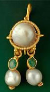 Roman earring with pearls and emeralds