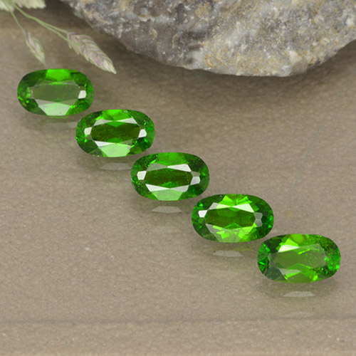 Lively Green Chrome Diopside Gem - 0.3ct Oval Facet (ID: 496117)