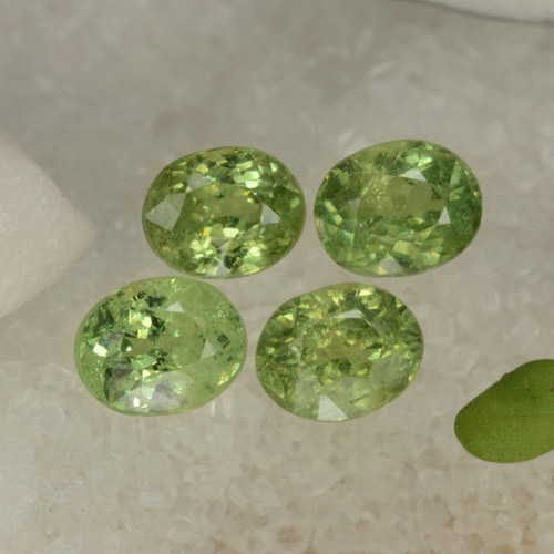 Pear Green Granate Demantoide Gema - 0.5ct Forma ovalada (ID: 471549)