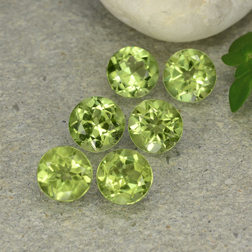 Lively Green Peridot Gem - 0.5ct Round Facet (ID: 489141)