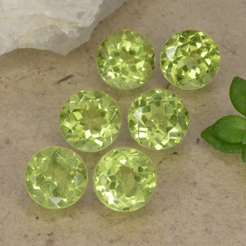 Lively Green Peridot Gem - 0.4ct Round Facet (ID: 489739)