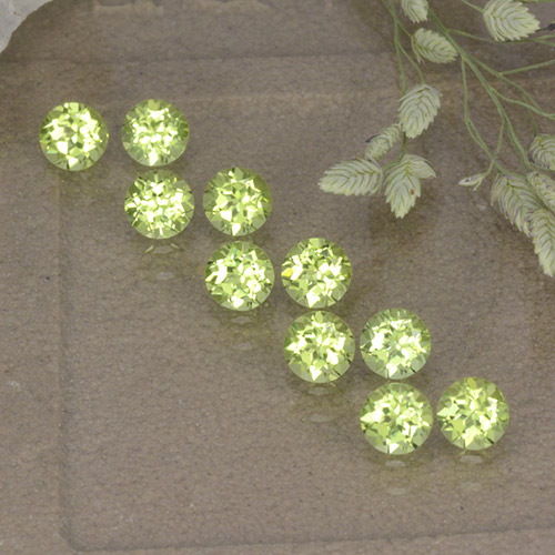 Lively Green Peridot Gem - 0.1ct Round Facet (ID: 498205)