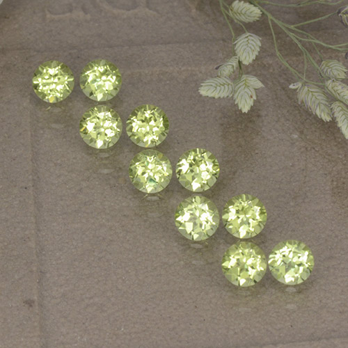 Lively Green Peridot Gem - 0.1ct Round Facet (ID: 498207)